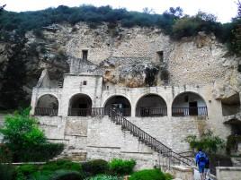 La manastirea asta de pe varf de munte (partea asta a fost facuta in sec. 11-12) aveau toalete moderne, cu senzori de miscare, sapun si apa calda. La noi cum e?