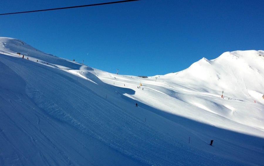 Alp Trida Sattel e sus, cu cabinele spre Samnaun.